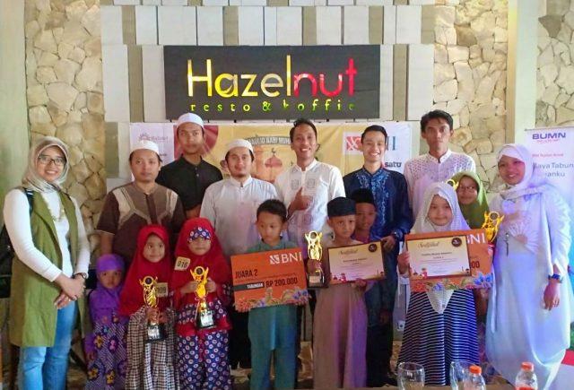 GEBYAR MAULID : Dwi Payana (tengah) Manager Hazotel Semarang tampak foto bersama pemenang lomba dalam kegiatan ' Gebyar Maulid Nabi Muhammad SAW'. Foto : DWI SAMBODO/JATENG POS.