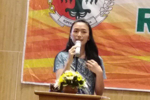 KOPERASI : Ria Arianie saat menyampaikan laporan dalam Rapat Anggota Tahunan KSP Restu Indo Agung Semarang. Alkomari/Jateng Pos