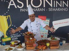 MENU TAHUN BARU : Ganjar Tri Saputra Chef Executive Aston Inn Pandanaran Hotel Semarang, tengah menunjukan ragam menu regular dan menu pesta tahun baru. Foto : DWI SAMBODO/JATENG POS.