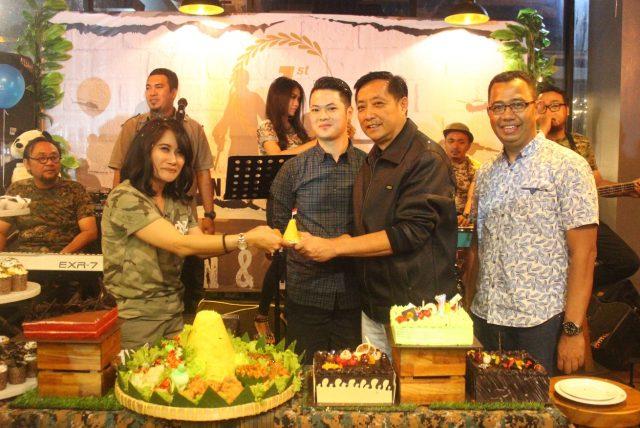 . WUJUD SYUKUR : Yuni J Manicha tengah memberikan potongan tumpeng kepada salah satu owner, sebagai rasa dan wujud syukur 1 tahun Aston Inn Hotel Pandanaran Semarang. Foto : DWI SAMBODO/JATENG POS.