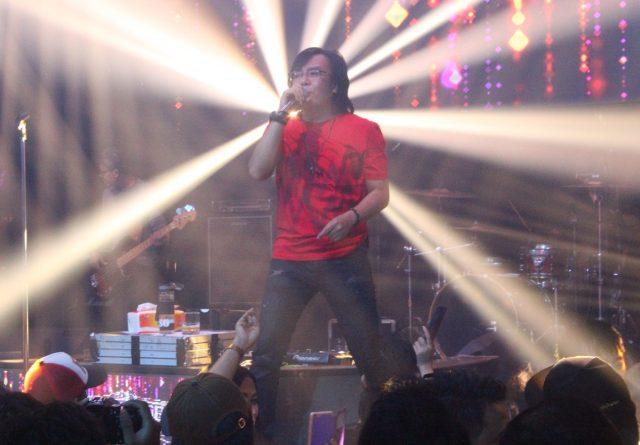 """TAMPIL MAKSIMAL : Ari Lasso puaskan penggemar dan pengunjung event """" Magnificent seven Baby Face Club & Karaoke """" di Semarang. Foto : DWI SAMBODO/JATENG POS."""