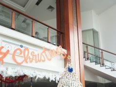 UNIK MENARIK : Pohon natal raksasa berbahan utama ribuan kue donat hiasi lobi Hotel Dafam Semarang. Foto : Prast WD/JATENG POS.