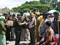 BERSAMA RAKYAT : Wakasad Letjen TNI Tatang Sulaiman saat menyerahkan bantuan kepada para veteran perang kemerdekaan di acara Hari Juang Kartika di Ambarawa. ( foto : dekan bawono/ jateng pos).