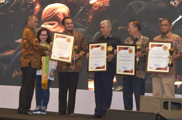 PENGHARGAAN : Group Head Human Capital Management PGN, Helmy Setiawan, saat menerima penghargaan Laporan Harta Kekayaan Penyelenggara Negara (LHKPN) dari Ketua KPK, Agus Rahardjo. FOTO : IST/ANING KARINDRA/JATENG POS