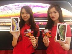 IPHONE BARU- Sales Promotion Girl menunjukkan produk iPhone baru yang ditawarkan Smartfren. FOTO : IST/ANING KARINDRA/JATENG POS