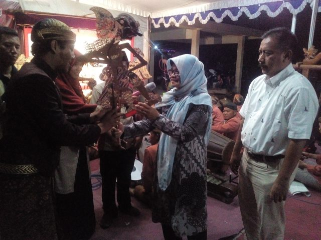 Komisi E DPRD Propinsi Jateng Sri Marnyuni menyerahkan tokoh wayang pada dalang Ki Pulung dari Klaten, pertunjukan wayang kulit dengan lakon Dewa Ruci. foto : ade ujianingsih/jatengpos