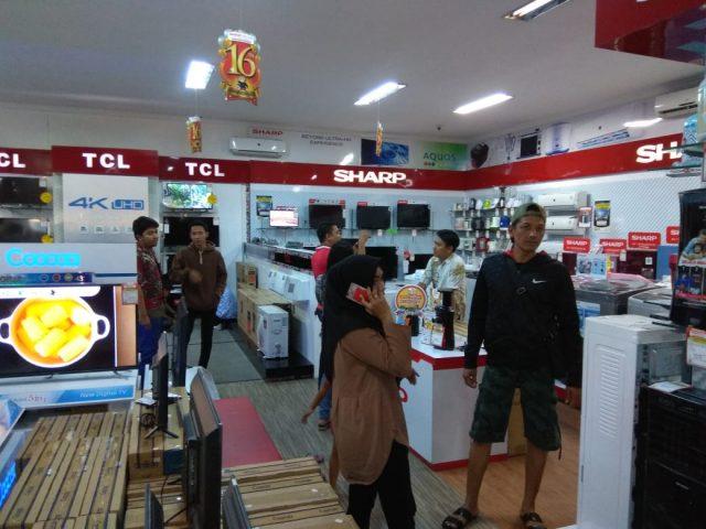 RAMAI- Pameran HomeTech yang digelar Global Elektronik Semarang selalu ramai dipadati konsumen. FOTO : ANING KARINDRA/JATENG POS
