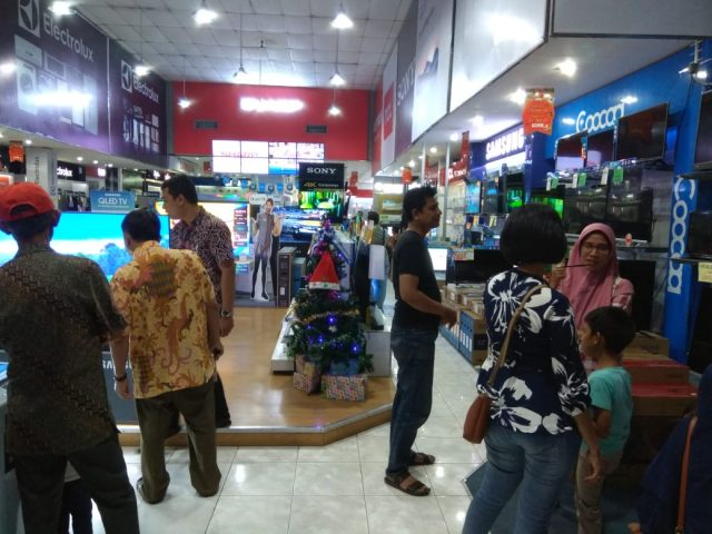 PAMERAN HOMETECH : Sejumlah konsumen memadati pameran HomeTech 2018 yang digelar Superstore Global Elektronik Semarang. FOTO : ANING KARINDRA/JATENG POS