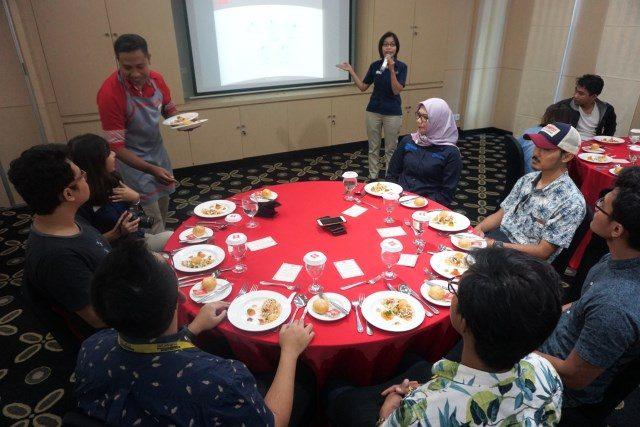 Table Manner : Sebagian awak media tengah dipandu sfat ahli Hotel Ibis Simpang Lima Semarang, dalam edukasi table manner untuk media. Foto : PRAST WD