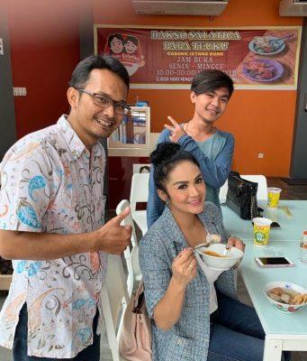 SUKA BAKSO : Kris Dayanti (KD) tengah menikmati Bakso menu favoritnya di Istana Buah Semarang. Foto : DWI SAMBODO/JATENG POS.