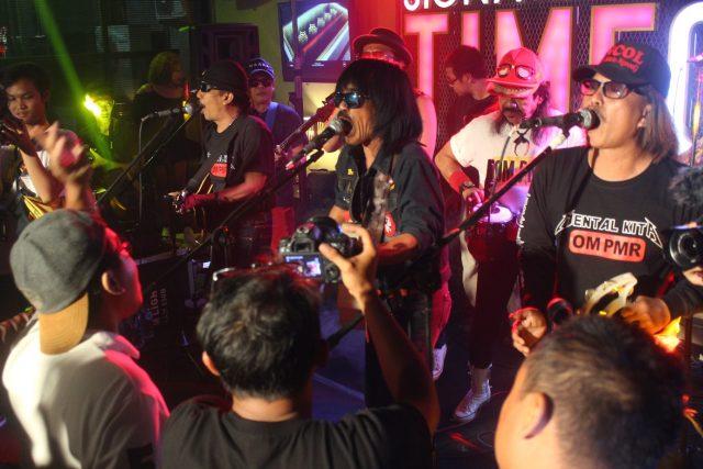 Disambut Antusias : Aksi Orkes Moral Penawar Minum Racun OM-PMR disambut antusias penggemar semua segmen di Crobar Lounge Semarang. Foto : DWI SAMBODO/JATENG POS.
