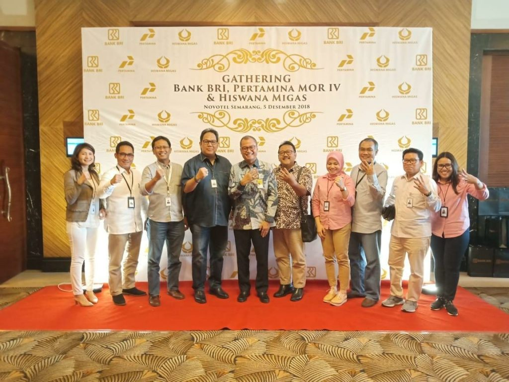 GATHERING : Executive Vice President BRI Kanwil Semarang, Fidri Arnaldy, berfoto bersama Tengku Fernanda, GM Marketing Operation Regional IV dan Yanuar N. Rachman, Ketua DPC Hiswana Migas, dalam acara Gathering Bank BRI – Pertamina MOR 4 – Hiswana, di Hotel Novotel Semarang, Rabu (5/12). FOTO : ANING KARINDRA/JATENG POS