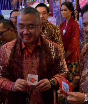 TCASH : Direktur Sales Telkomsel, Sukardi Silalahi (kanan), bersama Menteri Desa, Pembangunan Daerah Tertinggal, dan Transmigrasi RI, Eko Putro Sandjojo (kiri), saat memaparkan komitmen Telkomsel melalui layanan TCASH sebagai salah satu uang elektronik untuk mendukung uji coba digitalisasi penyaluran pembiayaan kredit Ultra Mikro (UMI) di Jakarta, Selasa (11/12). FOTO : IST/ANING KARINDRA/JATENG POS