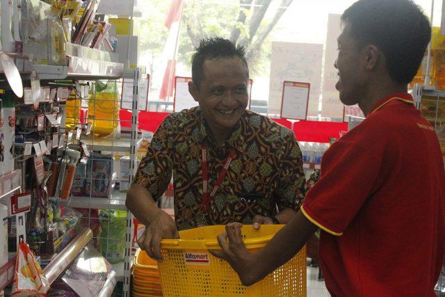 LAYANI PELANGGAN : SDM Disabilitas tengah melayani pelanggan di salah satu outlet retel Alfamart Semarang. Foto : DWI SAMBODO/JATENG POS.