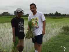 DIALOG: Heru Cipto Nugroho, Caleg DPRRI PAN Dapil V Jateng saat berdialog sanpai dengan petani di Delanggu Klaten.