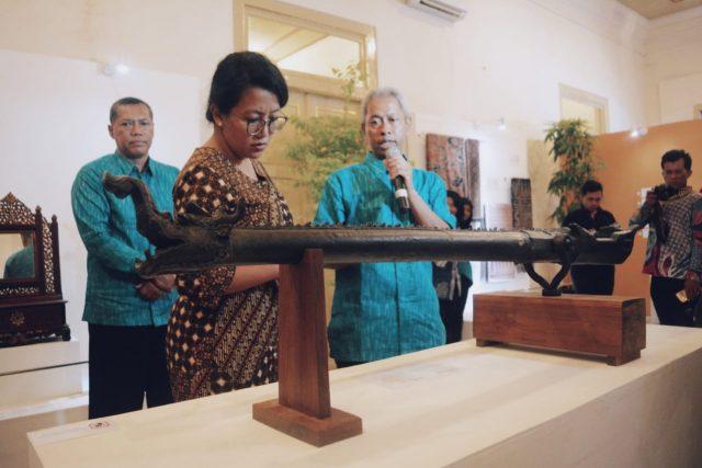 KOLEKSI TEMPORER : GKR Hayu tengah melihat koleksi benda sejarah karya temporer Museum Sonobudoyo Jogjakarta. Foto : DWI SAMBODO/JATENG POS