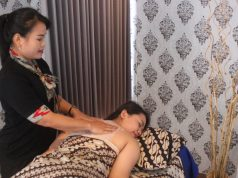 RELAKSASI : Terapis profesional Savitri Spa tengah melayani pengunjung Aston Inn Hotel Pandanaran Semarang. Foto : DWI SAMBODO/JATENG POS.