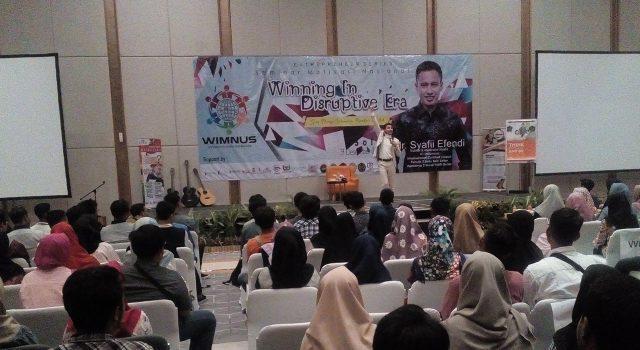 Aksi motivator muda Syafii Efendi saat membakar semangat 2400 generasi milenial se Solo Raya di Hotel Harris Solo.