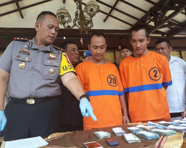Kapolres Salatiga AKBP Gatot Hendro Hartono menunjukkan barang bukti uang puluhan juta di hadapan kedua pelaku. ( foto : dekan bawono/ jateng pos).
