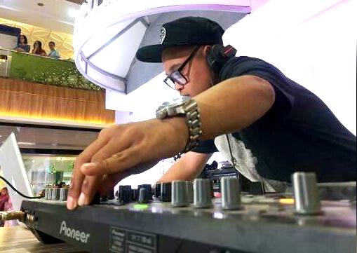 MENGHIBUR : DJ Ocka Ramli tampil maksimal hangatkan suasan pesta malam tahun baru di Quest Hotel Semarang. Foto : DWI SAMBODO/JATENG POS.