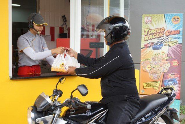 pembeli memanfaatkan fasilitas drive thru di hokben majapahit rabu (23/1).