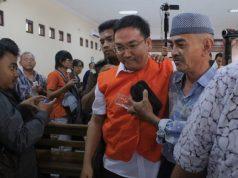 Suharto, Ayah almarhum Eko berangkulan dengan terdakwa Iwan Andranacus saat sidang pledoi di PN Surakarta, Kamis (10/1/2019).