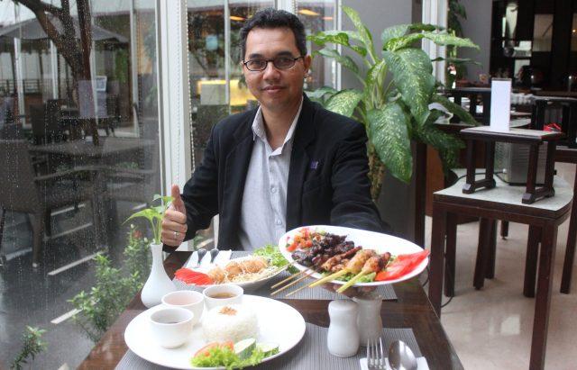 MENU BARU : Endy Iraswanto Manager FB Quest Hotel Semarang tengah menunjukan menu baru triwulan. Foto : DWI SAMBODO/JATENG POS.
