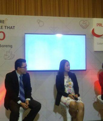 PRODUK BARU- Corporate Communications and Sharia Director Prudential Indonesia, Nini Sumohandoyo (kanan), saat peluncuran PRUCritical Benefit 88 di Semarang, Jumat (18/1). FOTO : ANING KARINDRA/JATENG POS