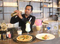 TERBARU : Wahyu Purbowo Bartender Atitude Sky Lounge Aston Inn Hotel Pandanaran Semarang, tengah menunjukan mix minuman hasil racikan terbarunya. Foto: DWI SAMBODO/JATENG POS.