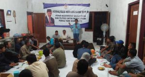 Anggota DPR/MPR RI Drs.H.Fadholi saat mensosialisasikan 4 pilar kebangsaan kepada masyarakat di Desa Siwal. ( foto : dekan bawono/ jateng pos).