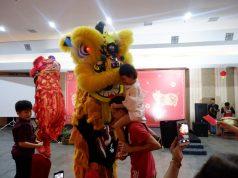 CERIA : Anak-anak larut dalam suasana ceria berbagi angpao bersama penari barongsai dalam acara tahun baru Imlek Aston Inn Hotel Pandanaran Semarang.