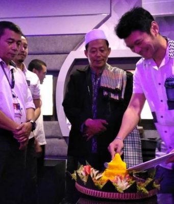 SYUKURAN : Tampak Ferri Wijaya Owner, tengah memotong tumpeng tanda rasa syukur atas sukses berjalanya 6 tahun Inul Vizta Mugas Semarang. Foto : DWI SAMBODO/JATENG POS.