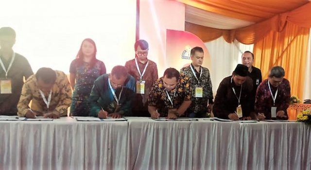 KERJA SAMA : Coca-Cola Amatil Indonesia (kelima dari kiri) menandatangani MoU program vokasi industri link and match dengan sejumlah sekolah di Jawa Timur.