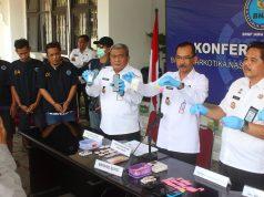 BARANG BUKTIK: Tim BNNP Jateng tengah memberi keterangan serta menunjukan barang bukti terkait kasus sindikat peredaran narkotika Jepara yang dikendalikan melalui Lapas Kedungpane Semarang.