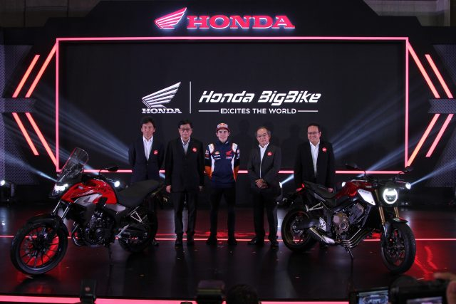 BIG BIKE: (Kiri-kanan) Shigeto Kimura Marketing Director AHM, Johannes Loman Executive Vice President Director AHM, Marc Marquez Pebalap Repsol Honda Team, Toshiyuki Inuma President Director AHM dan Thomas Wijaya Marketing Director AHM befoto bersama dengan Honda CB650R dan Honda CB500X di sesi launching big bike Honda di Bandung (9/2).