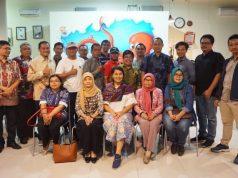 BERSAMA : Peserta diskusi bertemakan LRT Kebutuhan Pemkot atau Masyarakat, yang diselenggarakan PT Industri Kereta Api (Inka) dan Komunitas Peduli Transportasi Semarang (KPTS) foro bersama usai diskusi.