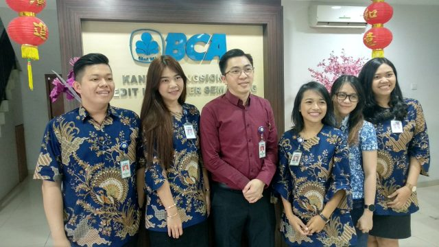 BCA : Ronald K. Laongan, Kepala Kantor Fungsional Kredit Konsumer (KFKK) BCA Semarang bersama tim di kantornya di Jalan Pemuda Semarang. Aning Karindra/Jateng Pos