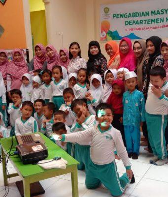 KENANG-KENANGAN: Para dosen di Departemen KDK STIKes Yahoed foto bersama siswa TK ABA 16 usai kegiatan.