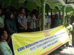 DEKLARASI: Ketua MUI Sragen KH Minanul Aziz bersama Santri Ponpes An Najah, Gondang saat deklarasi anti hoax.