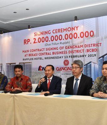 PROYEK BARU- (Ki-Ka): Direktur Corporate Finance PT Pollux Properti Indonesia Tbk., Donisius Adi (pertama kiri), Sales and Marketing Director PT Pollux Properti Indonesia Tbk., Maikel Tanuwidjaya (kedua kiri), Director Project Gangnam District, Eka Sandra (ketiga kiri), Presiden Direktur Gangnam District, Irwanto Oentung (keempat kiri), CEO CNQC, Zhang Dong (kelima kiri) dan CEO Aesler Group International, Jang Rony (keenam kiri) sedang menjelaskan keunggulan-keunggulan yang terdapat di proyek Gangnam District di Bekasi.
