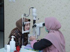 PERIKSA : Salah satu pasien sedang melakukan pemeriksaan Poli Mata di RS Bhayangkara.