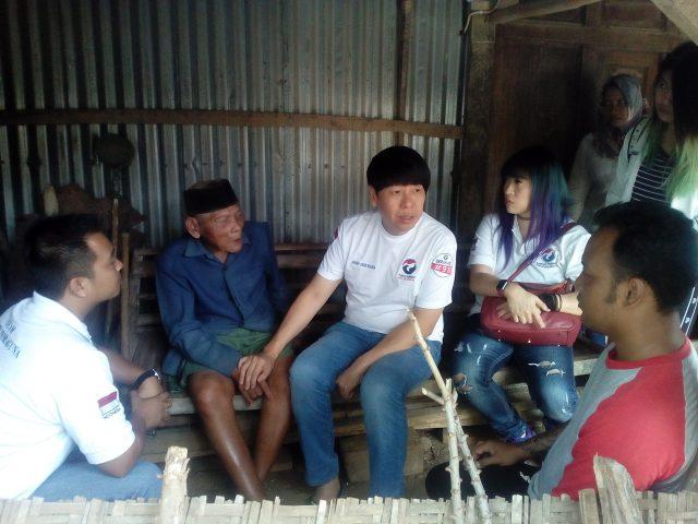 BERKUNJUNG : Henry Indraguna saat mengunjungi kakek Wiyanto, warga miskin Di Tawangsari Sukoharjo.