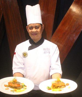 "MENU SPECIAL : I Wayan Sunia, Chef Executie Patra Hotel & Convention Semarang tengah menunjukan ""Salmon Fantasi"" menu promo spesial bulan Maret."