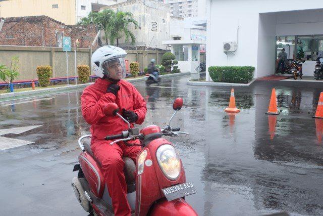 Tips Memilih Jas Hujan: Ilustrasi dari tim safety riding Astra Motor Jateng menggunakan jas hujan model training yang dianjurkan dalam ilmu safety riding untuk mempermudah tubuh bergerak saat berkendara dalam hujan.