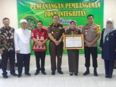 PIAGAM: Ketua PN Ungaran Wiryatmi (memegang piagam Zona Integritas) didampingi Wakil Bupati Semarang Ngesti Nugraha (ketiga dari kiri) dan anggota Forkompinda seusai penandatanganan piagam Zona Integritas.