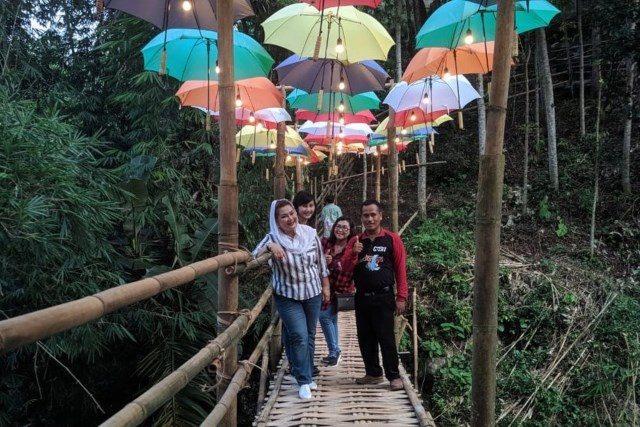 "WISATA ALAM : Mbak Ita, Wakil Walikota Semarang tengah pose di jembatan bambu berhias modern yang ada di salah satu sudut venue daya tarik ""Curug Gondoriyo""."