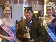 "PENGHARGAAN: Muhammad Yuslan (tengah) General Manager Room INC Hotel Semarang usai menerima penghargaan ""The Best Affordable Hotel"" dari PHRI Pusat di Jakarta."