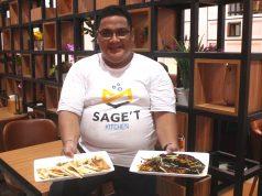 MENU ANDALAN : Saifsyah, Chef Eksekutif Saget Kitchen tengah menunjukan salah satu menu andalanya dari puluhan menu yang tersaji.