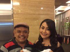 APRESIASI : Thessa Kaunang tengah berfoto bersama Bayu Ramli salah pemilik outlet fashion yang menarik minat tamu berkunjung di Semarang.