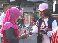 BAGI BUNGA: Tim Star Hotel Semarang tengah berbagi kasih sayang dengan memberikan bunga mawar dan coklat kepada masyarakat luas diarea CFD kawasan Simpanglima Semarang.